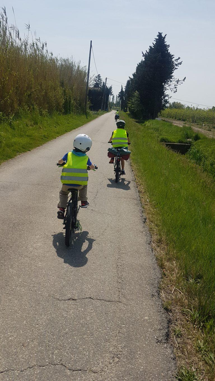 enfants à vélo sur voirie partagée